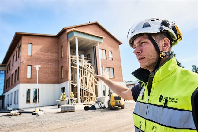 Ett av momenter som återstår, berättar Erik Rönnqvist är att trapphuset ska glasas in.