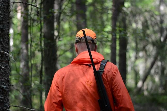 Snart blir rödklädda jägare en vanlig syn intill vägar och i skogar. Inför älgjakten hoppas jägarna att folk som ska ut i skogen ger sig till känna, så jägarna vet att det finns människor där ute.