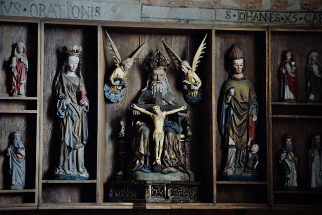 Vårt uppdrag är att förmedla budskapet om Jesus,  frid och kärlek, inte konspirationsteorier, skriver Pontus J Back. – På bilden det medeltida altarskåpet i kyrkan i Storkyro.