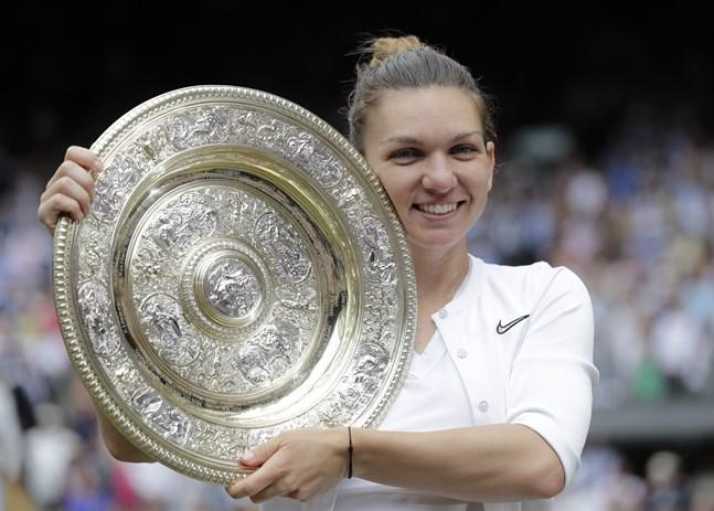Simona Halep fick lyfta Wimbledon-pokalen för första gången.