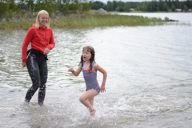 Hu så kallt, tyckte Agnes Ivars när hon doppade sig i vattnet. Hon skyndade sig upp snabbt igen, så snabbt att simlärare Ellen Hagback fick sig en dusch.