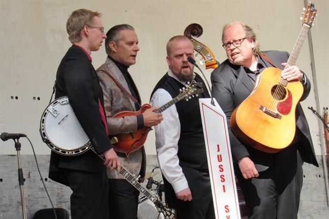 Musikerna i Jussi Syren and the Groundbreakers spelar på akustiska instrument och bjuder på a cappella-sång. I somras gästade de Country Road 13 i Kronoby.