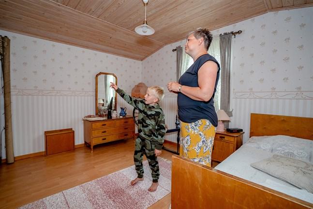 I rummet som är möblerat med antika släktmöbler sover både utländska och finländska gäster. Elmer, 7, och Nina Thodén är glada åt att vindsrummen äntligen används.