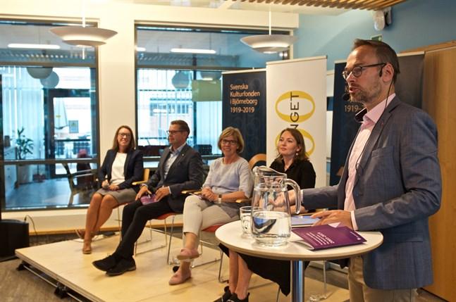 Markus Österlund lämnar nu Folktinget. Här leder han en debatt med Åsa von Schoultz, Kimmo Grönlund, Anna-Maja Henriksson och Sylvia Bjon under Finlandsarenan i Björneborg i somras.