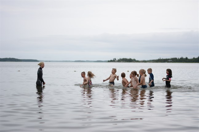Många barn spenderar sommardagarna på simskola i Österbotten. Personerna på bilden har inget med artikeln att göra.