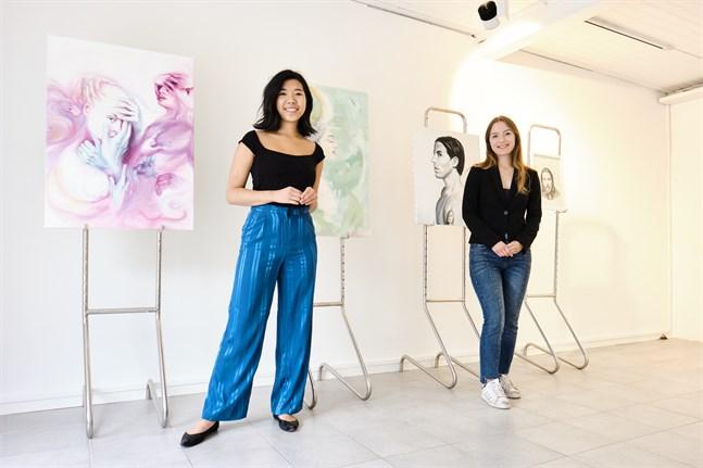 Nina Nguyen och Clara Lumio med några av de verk ställer ut på sin popup-konstutställning på Hovrättsesplanaden 13.