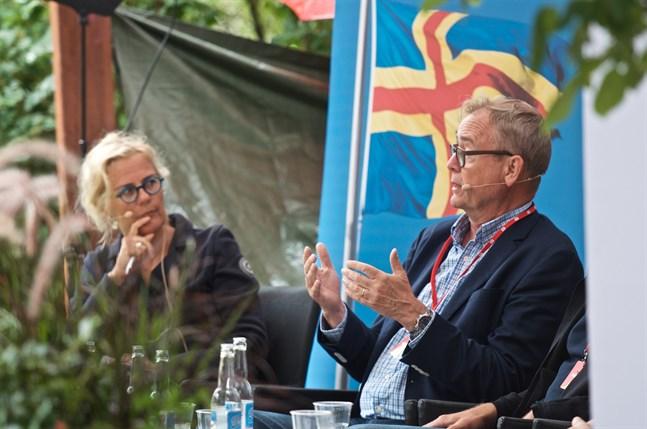 Berndt Schalin ser Ålands ambitiösa mål som klart genomförbart även om det kommer att dröja drygt 15 år ännu. Bettina Sågbom i bakgrunden.