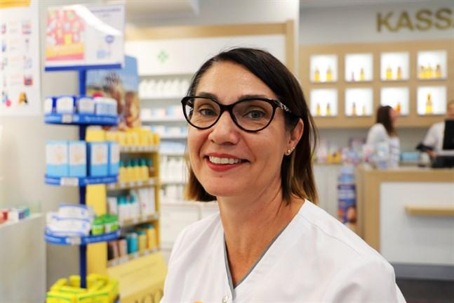 Tiina Heikkilä är apotekare vid Vasa centralapotek. Nu då vädret vänder blir pollenproblemen värre, säger hon.