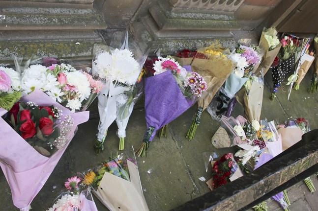 Blommor nedlagda vid S:t Anns Church i Manchester efter terrordådet 2017.