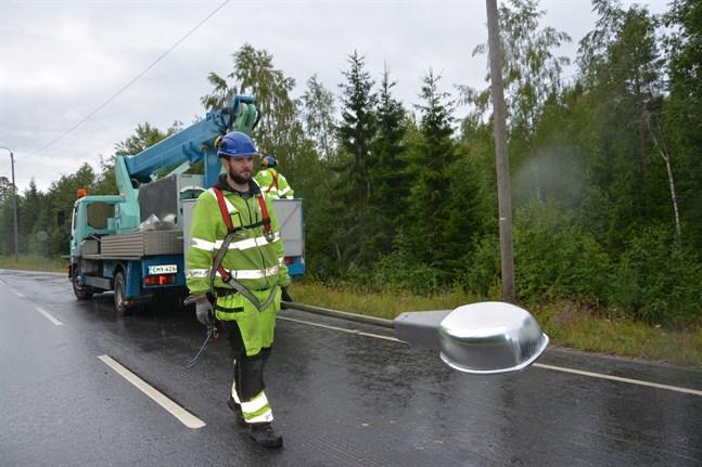 Saneringsarbetet är i full gång. Elmontören Daniel Lindgård bär bort belysningsanordning från 1980-talet.