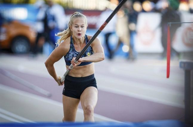 Saga Andersson har börjat träna med styvare stavar som hon hoppas ska bära henne mot nya höjder.