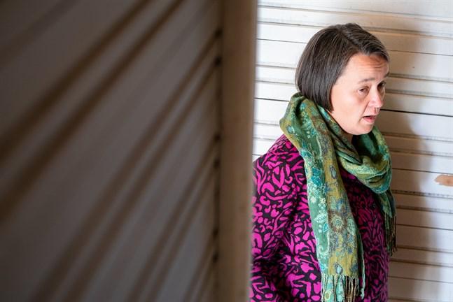 Sofie Strandén-Backa skulle inte själv tycka om att byta om i badhytten nu när hon vet att stora delar av omklädningsrummet syns genom sprickan.