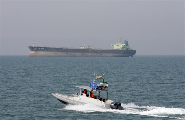 En båt tillhörande det iranska revolutionsgardet patrullerar vattnen i Persiska viken. Arkivbild.