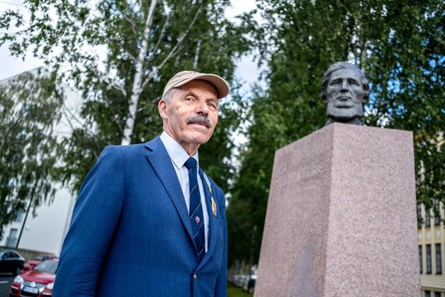 Henrik Fågelbärj guidar människor på flera ställen. Förutom i centrum guidar han även bland annat på gravgården.