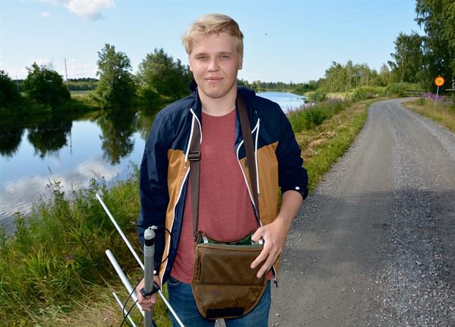 Linus Lähteenmäki har i sommar kört, gått och åkt båt kring Lappfjärds å med antennen i högsta hugg, för att försöka hitta de märkta fiskarna. Nu har staden beviljat ett bidrag till hans pro gradu-avhandling om skarven och öringen.