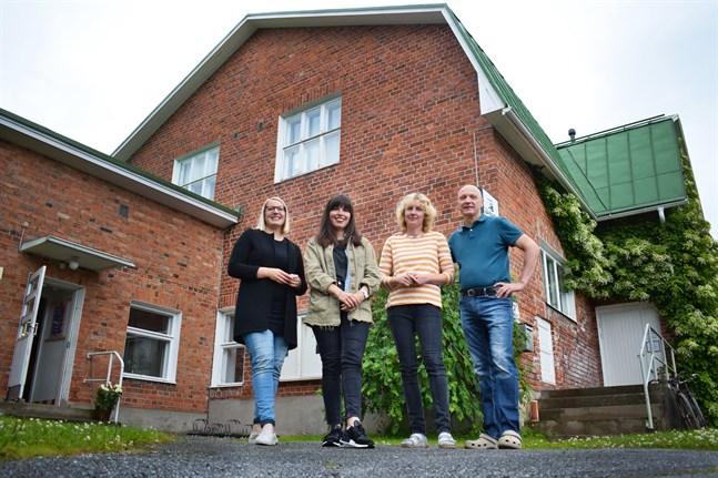 Malin Nyvall, Olya Tsikhanchuk, Monica och Mats Sandström delar rum, tankar och idéer och den kreativa atmosfären i Bildströms hus. På onsdag bjuder de in till öppet hus.