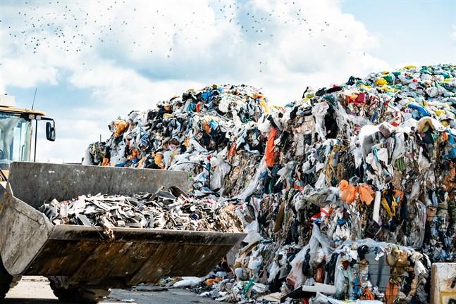 Ny lag kan innebära stor förändring i vem som får köra avfallet i framtiden.