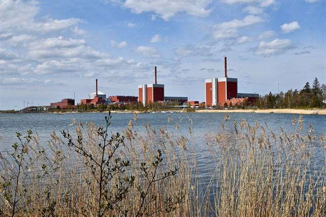 De tre kärnkraftreaktorerna vid Olkiluoto med den tredje reaktorn längst till vänster.