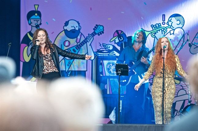 Elna Romberg, Jennie Storbacka och Jan Simons ger järnet på scenen vid Pori Jazz.