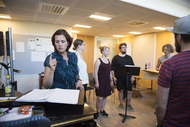 Heidi Storbacka är den som leder, och har gett sitt namn till, vokalgruppen Mrs Bighill Singers.