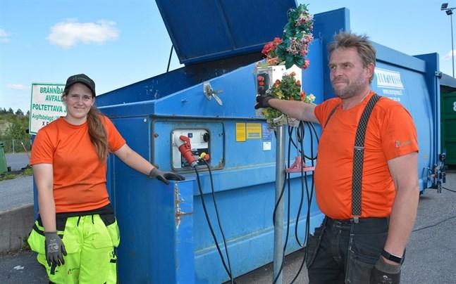Mari Einola och Markus Björses trivs med jobbet på återvinningsstation.