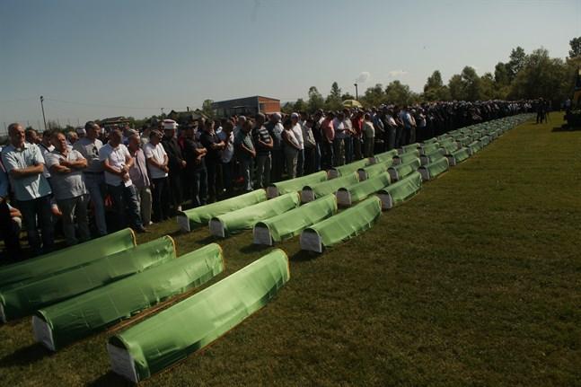 Hundratals människor deltog i en begravningsceremoni för 86 bosnienmuslimer som dödades under Bosnienkriget.