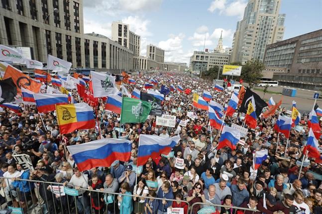 Fler än 10000 personer, inklusive framstående oppositionspolitiker, samlades under lördagen i en manifestation i centrala Moskva för att kräva fria och rättvisa lokalval.