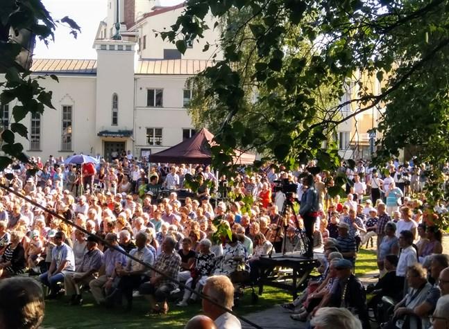 På fredag kväll lär folk samlas i stora skaror i Skolparken, då det bjuds på konserter hela kvällen lång med lokala artister. Bilden är från Jakobs dagars öppning år 2019.