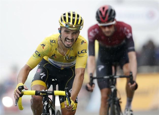 Julian Alaphilippe behåller den gula ledartröjan i Tour de France.