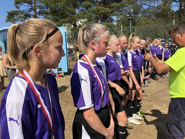 FC Uniteds flickor får sina silvermedaljer.