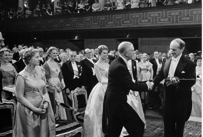 Den franske poeten och diplomaten Saint-John Perse mottar Nobelpriset i litteratur av kung Gustaf VI Adolf i Stockholm 1960. Arkivbild.