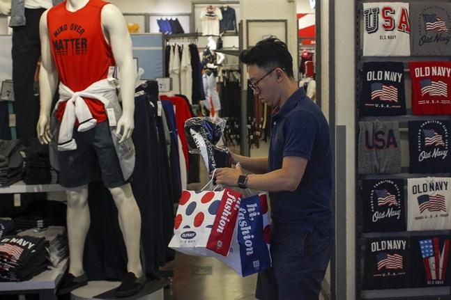I juni 2019 handlar en man kläder i ett köpcentrum i Peking. Flera decennier av hög tillväxt har lyft många kineser ur fattigdom och in i ett medelklassliv.
