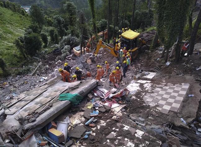 Räddningspersonal letar efter överlevanden efter att ett trevåningshus kollapsade nära staden Solan, norr om New Delhi, i Indien för en vecka sedan.