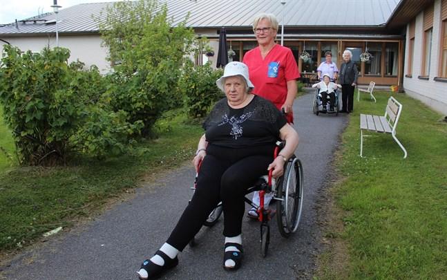 När Inga-Lene Gull blev pensionär för två år sedan meddelade hon personalen på Alvina att hon är villig att fortsätta arbeta vid behov. Här tillsammans med Estrid Strömblad, som bor på äldreboendet. I bakgrunden skymtar Berit Enbacka (längst till vänster), i rullstolen Violet Sydholm samt Lisen Uljens, till höger.