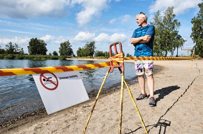 Läkaren Christer Häggqvist är mycket missnöjd med hur myndigheterna har hanterat det senaste avloppsläckaget i Metviken. Bilden är tagen vid Smulterö strand.