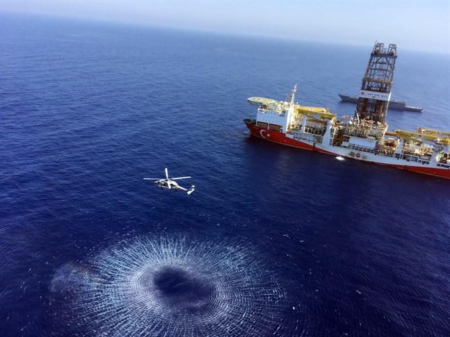 Det turkiska provborrningsfartyget Fatih på väg till Cypern den 9 juli, bilden tillhandahållen av det turkiska försvarsdepartementet.