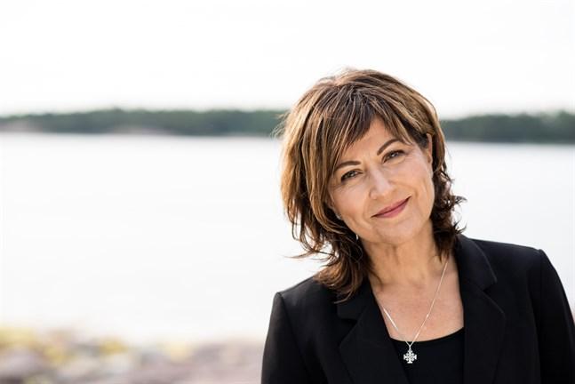 Nina Åström växte upp i Karleby. Numera bor hon i södra Finland.