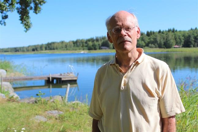 Stefan Ingves, riksbankschef i Sverige, har uttryckt sin oro för att övergången till det kontantfria samhället går väldigt fort i landet. Från Riksbankens sida anser man att alla banker i Sverige bör vara tvingade via lagstiftning att hantera sedlar - en lagstiftning som sannolikhet träder i kraft inom ett år.