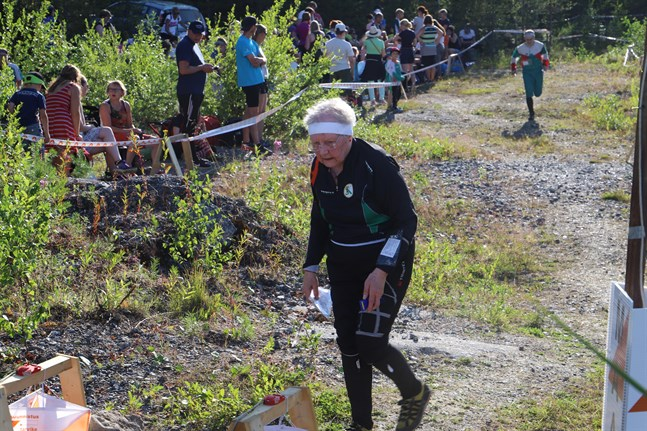 Ann-May Carlson-Wikström har varit med i många orienteringstävlingar genom åren. På den första deltävlingen i årets upplaga av Kvarkenträffen tyckte hon att värmen var besvärlig.