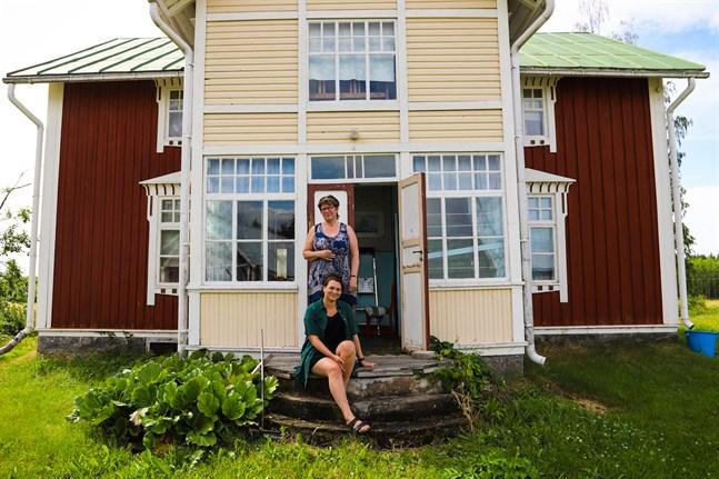 Under somrarna brukar Helena Sten, Johanna Sten och resten av familjen besöka gården.