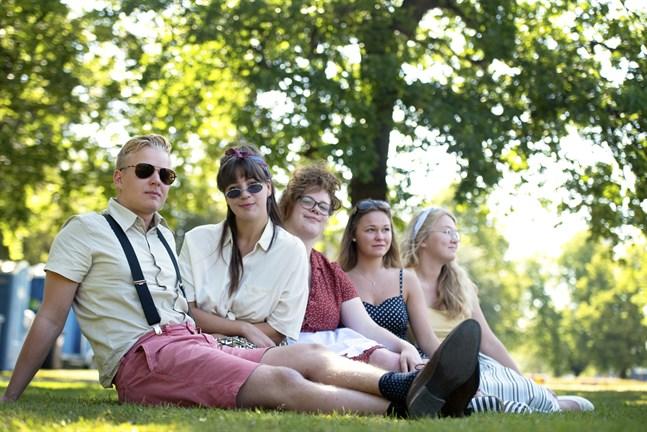 Valter Enlund, Marion Kackur, Edit Kackur, Felicia Nystrand och Hanna Streng njuter av det vackra vädret och 50-tals vibbarna som skolparken bjuder på.