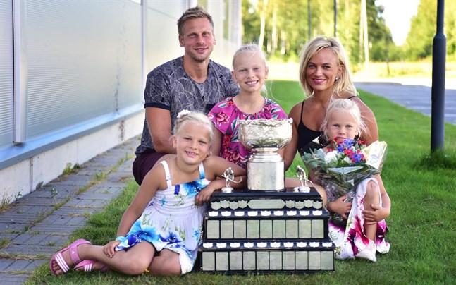 Filip Riska med FM-pokalen tillsammans med frun Sara samt döttrarna Meja, Molly och Milda.