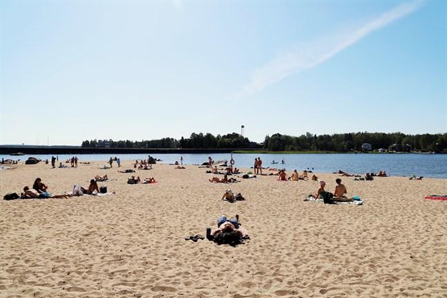 Sandö strand i Vasa har varit välbesökt under värmeböljan.