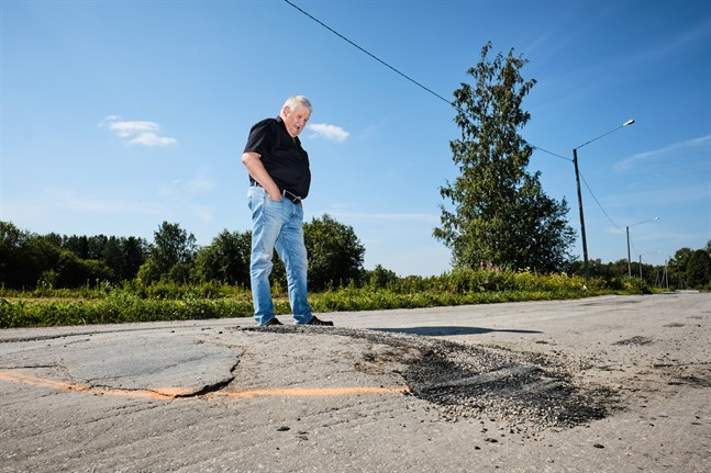 Alf Burman menar att det borde fyllts på med mera asfalt runt stenen, inte bara på den.