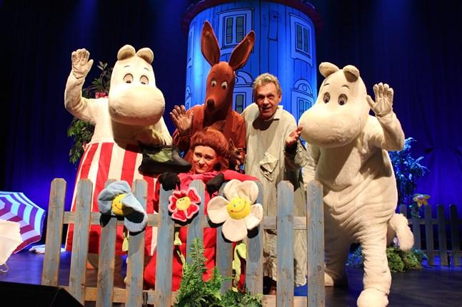 Benny Törnroos får sällskap på scenen av några av muminfigurerna.