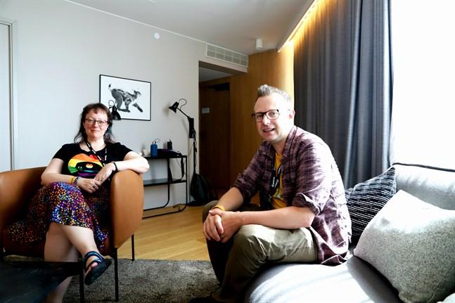 Lynne Hardy och Jon Hodgson är Ropecons hedersgäster. Rollspelshobbyn har blivit stor, säger de.