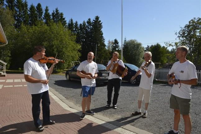Spelmanslaget förbereder Tjöck för en helg fylld av spelmansmusik. F.v. Kent-Ole Qvisén, Kenneth Nordman, Günther Poley, Lars Nisula och Jens Hagback.