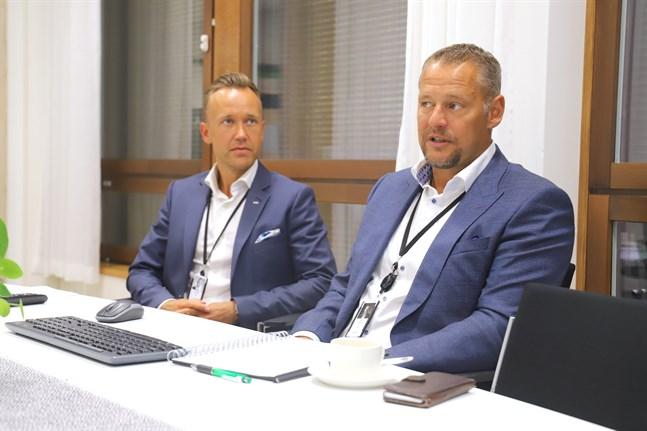 Jonathan Salo, ansvarig för det så kallade Premium-segmentet inom Aktia i Österbotten, och regiondirektör Stefan Grönholm har ringt upp kunder och frågat hur de har det.