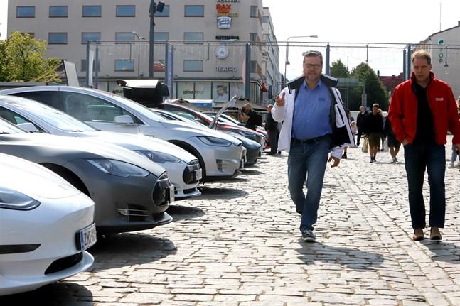 Många intresserade samlades på torget när Tesla Club Finland inledde sitt sommarmöte där. En som deltog var Per Lövholm, i vit jacka.