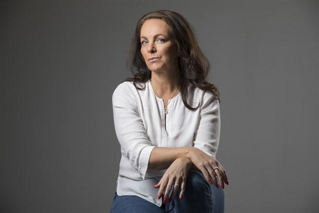 """I spänningsromanen """"Vargen"""" berättar Katarina Wennstam om ett samhälle där rättvisan gör skillnad på män och kvinnor."""